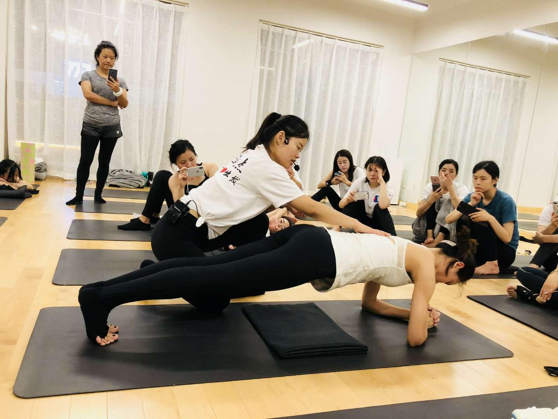 瑜伽老师辅助会员手法的指南。